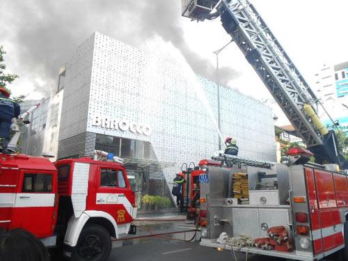 Cháy lớn tại bar Ba Rốc Cô nổi tiếng SG - 3