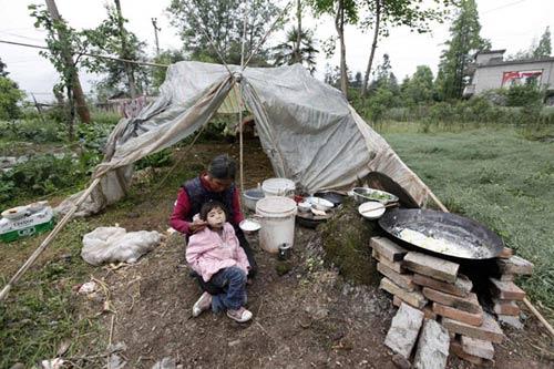 Ảnh: Những người không nhà sau động đất ở TQ - 4