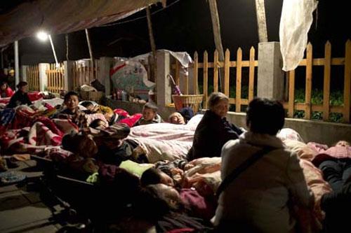 Ảnh: Những người không nhà sau động đất ở TQ - 8