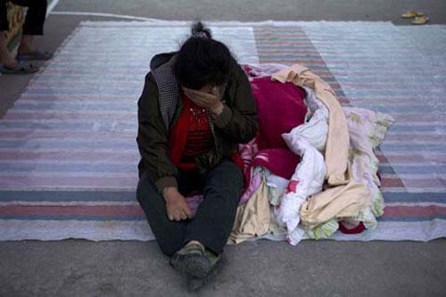 Ảnh: Những người không nhà sau động đất ở TQ - 9