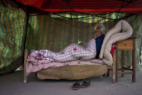 Ảnh: Những người không nhà sau động đất ở TQ - 10