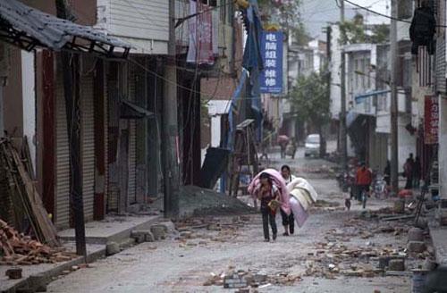 Ảnh: Những người không nhà sau động đất ở TQ - 11