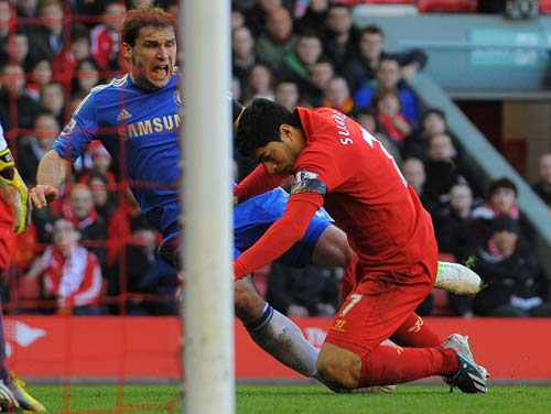 Ivanovic tố bị Suarez cắn lén - 2