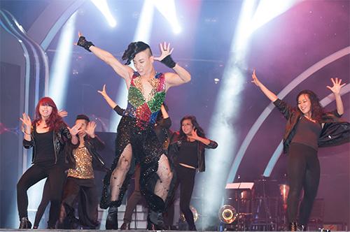 Vũ công giả gái gây sốt VN's Got Talent - 1