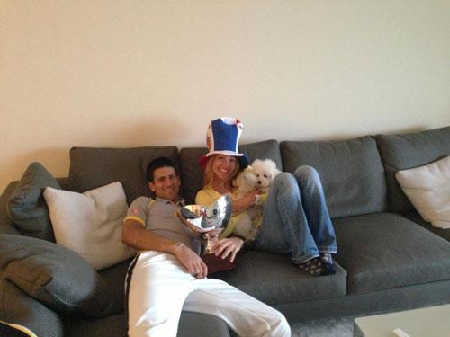 Djokovic ăn mừng với… cún yêu - 2