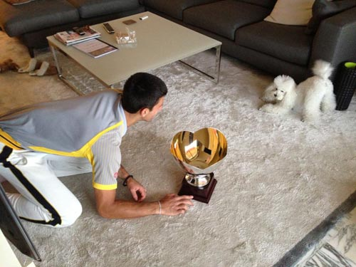 Djokovic ăn mừng với… cún yêu - 1