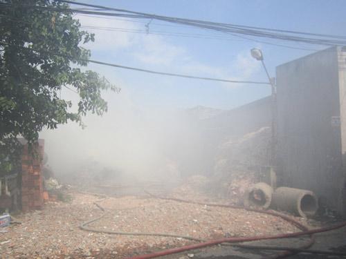 Cháy xưởng giấy, cả khu dân cư tháo chạy - 3