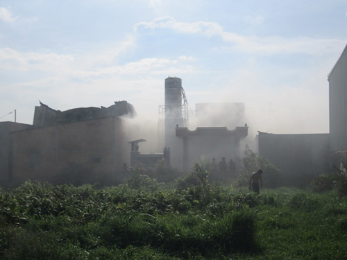 Cháy xưởng giấy, cả khu dân cư tháo chạy - 4