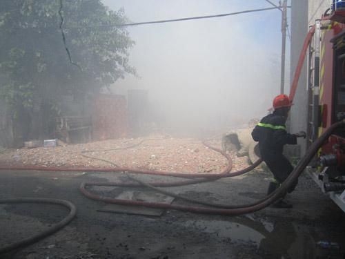 Cháy xưởng giấy, cả khu dân cư tháo chạy - 5