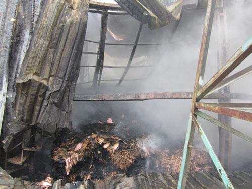Cháy xưởng giấy, cả khu dân cư tháo chạy - 1
