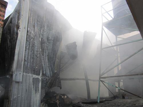 Cháy xưởng giấy, cả khu dân cư tháo chạy - 2