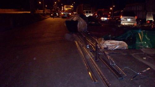 Container đứt xích, 30 tấn sắt rơi giữa đường - 2
