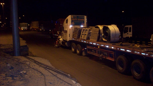Container đứt xích, 30 tấn sắt rơi giữa đường - 6