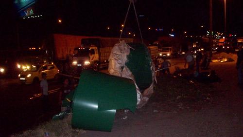 Container đứt xích, 30 tấn sắt rơi giữa đường - 5
