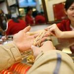 Tài chính - Bất động sản - Giới đầu cơ gom USD để nhập lậu vàng?