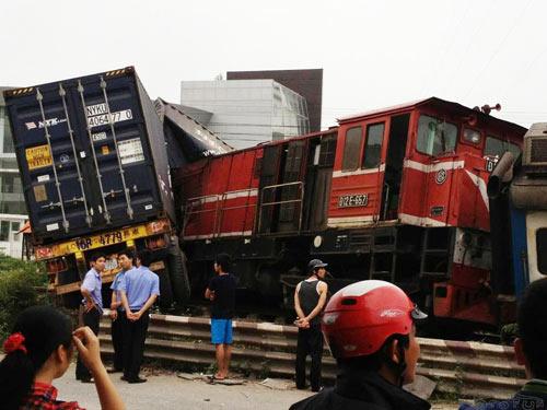 Tàu Hà Nội - Hải Phòng đâm nát xe container - 1