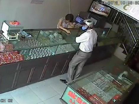 Xôn xao clip cướp tiệm vàng giữa ban ngày - 2