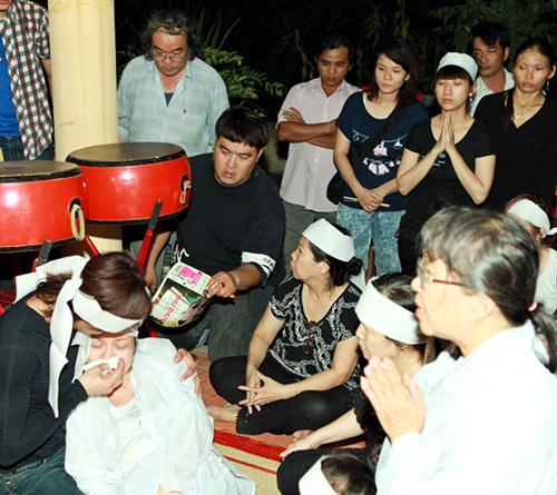 Việt Hương khóc ngất bên linh cữu mẹ - 2