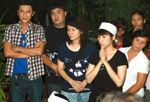 Việt Hương khóc ngất bên linh cữu mẹ - 11