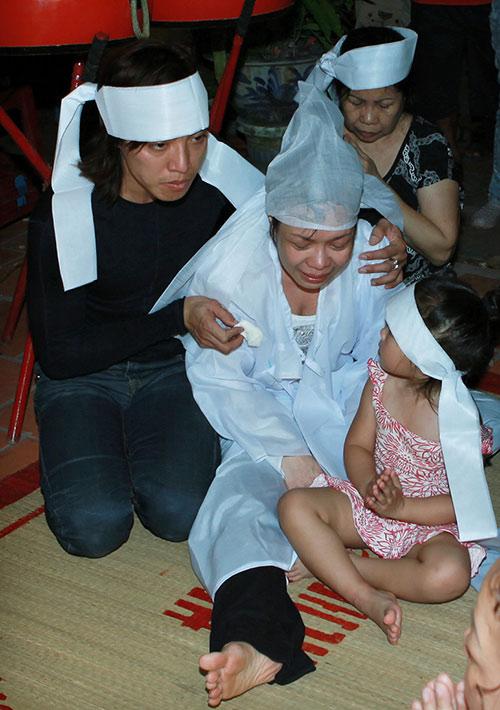 Việt Hương khóc ngất bên linh cữu mẹ - 3
