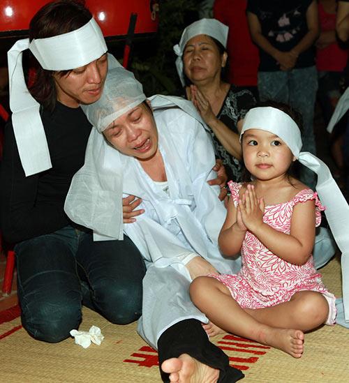 Việt Hương khóc ngất bên linh cữu mẹ - 6