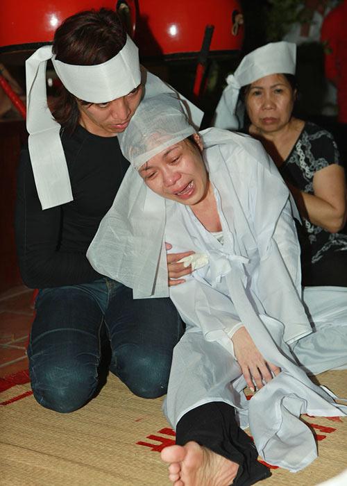 Việt Hương khóc ngất bên linh cữu mẹ - 7