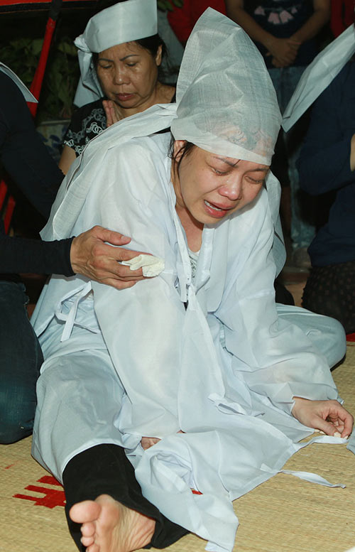 Việt Hương khóc ngất bên linh cữu mẹ - 8