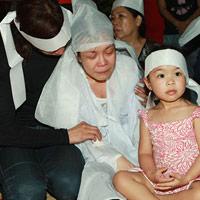 Việt Hương khóc ngất bên linh cữu mẹ