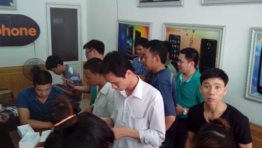 Chen nhau săn xuất mua smartphone - 4