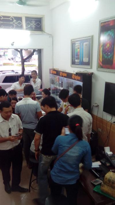 Chen nhau săn xuất mua smartphone - 1