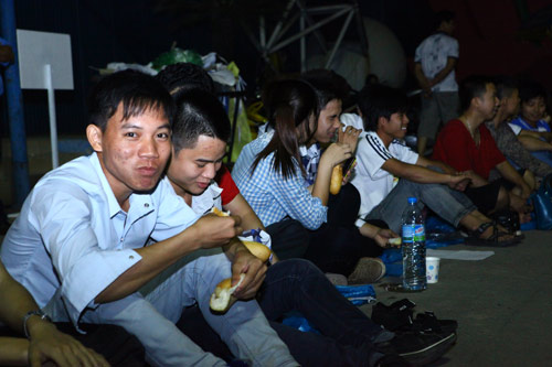 Fan Việt xếp hàng chờ mua Samsung Galaxy S4 - 2