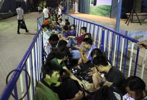 Fan Việt xếp hàng chờ mua Samsung Galaxy S4 - 1