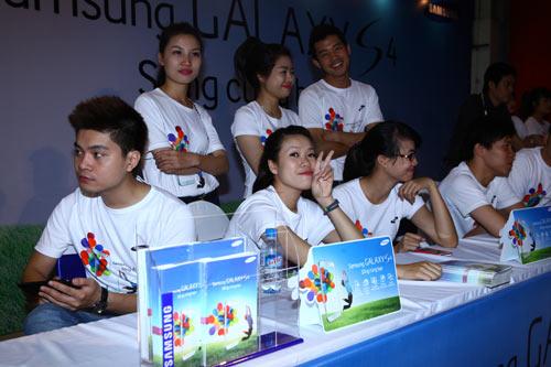 Fan Việt xếp hàng chờ mua Samsung Galaxy S4 - 10