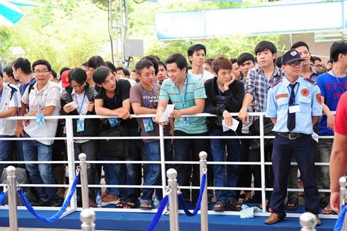 Fan Việt xếp hàng chờ mua Samsung Galaxy S4 - 13