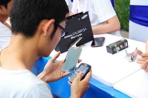 Fan Việt xếp hàng chờ mua Samsung Galaxy S4 - 15