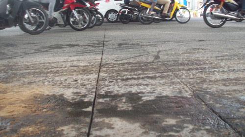 Dầu ăn đổ tràn ra đường, hàng loạt người ngã - 2