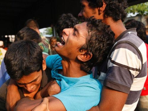 2 em bé ra đời trong đống đổ nát ở Bangladesh - 2