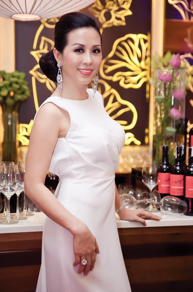 Linh Nga diện váy sọc trắng đen cực chất - 5