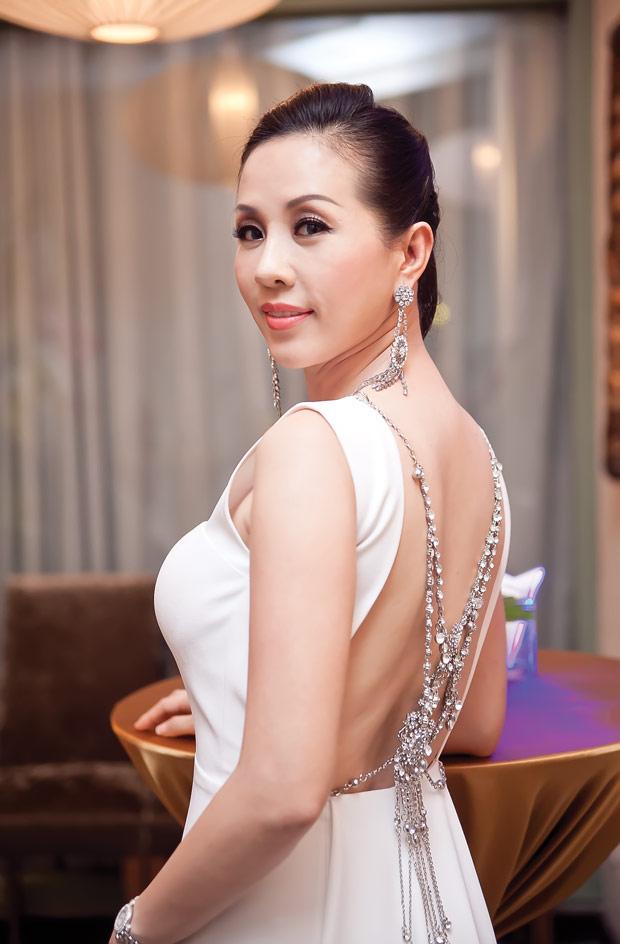 Linh Nga diện váy sọc trắng đen cực chất - 6