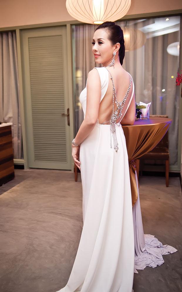 Linh Nga diện váy sọc trắng đen cực chất - 7