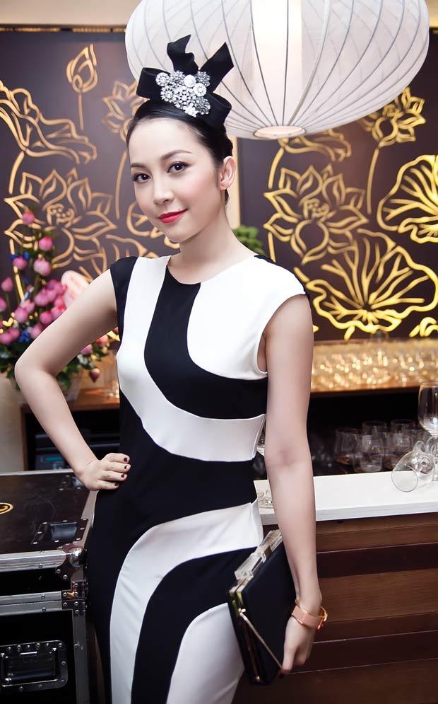 Linh Nga diện váy sọc trắng đen cực chất - 1