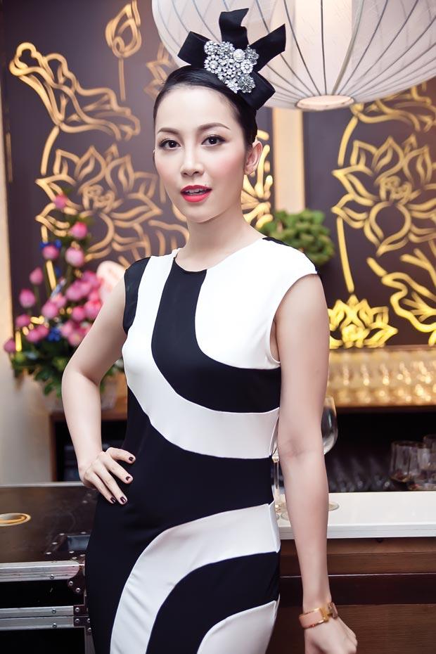 Linh Nga diện váy sọc trắng đen cực chất - 2