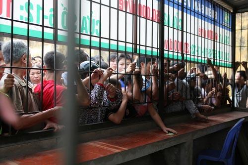 Ngất lịm vì mua vé trận SLNA – Ninh Bình - 4