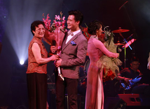 Quang Dũng được khán giả tặng phong bì - 1