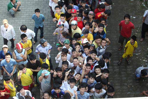Ngất lịm vì mua vé trận SLNA – Ninh Bình - 3