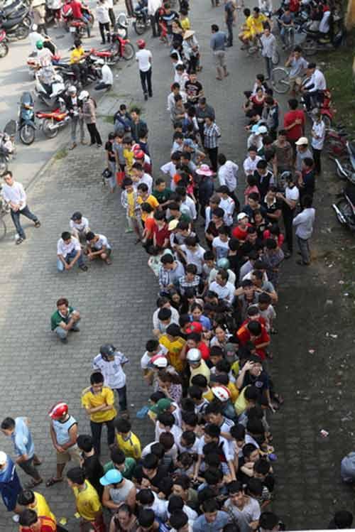 Ngất lịm vì mua vé trận SLNA – Ninh Bình - 10
