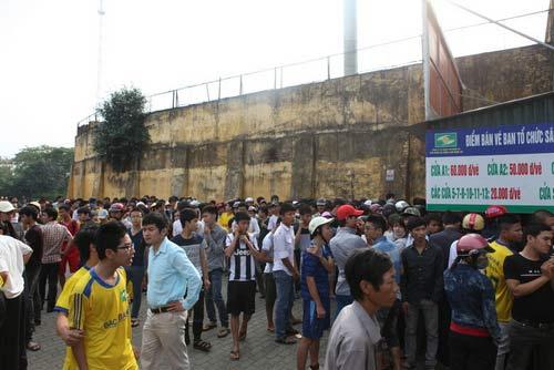 Ngất lịm vì mua vé trận SLNA – Ninh Bình - 12
