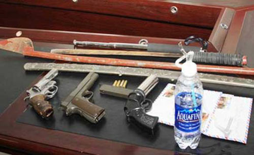 5 côn đồ đất Cảng mang súng vào nhà nghỉ - 2