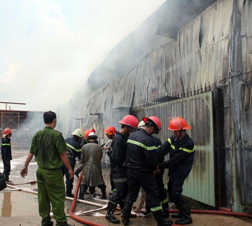 TPHCM: Cháy giữa trưa, 1.200m2 xưởng ra tro - 2