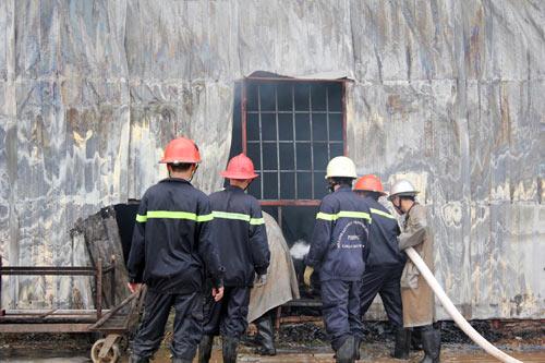 TPHCM: Cháy giữa trưa, 1.200m2 xưởng ra tro - 3